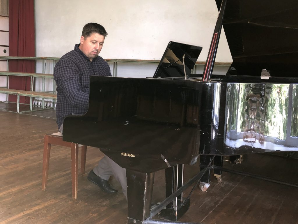 Master class playing the piano in front of the students of the music academy